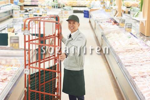 スーパーでマネージャーとして働くシニア男性