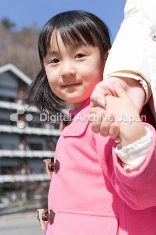 手を繋ぐ女の子