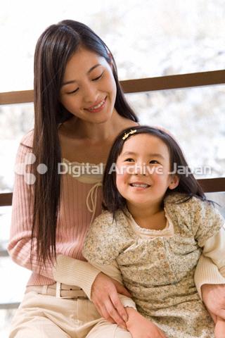 寄り添う母親と女の子