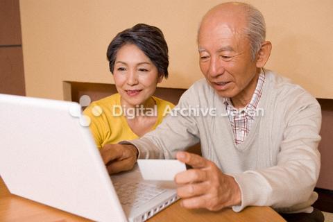 ネットショッピングをするシニアカップル