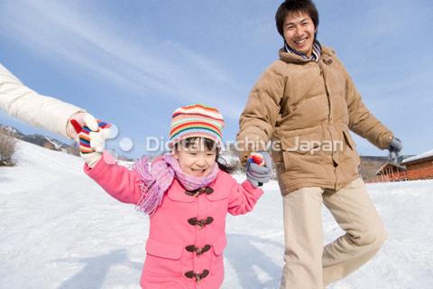 雪の上を走るファミリー