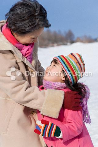 抱き合う祖母と女の子