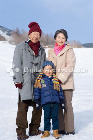 冬の祖父母と男の子