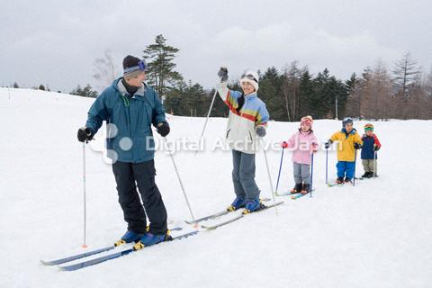 スキーをするファミリー