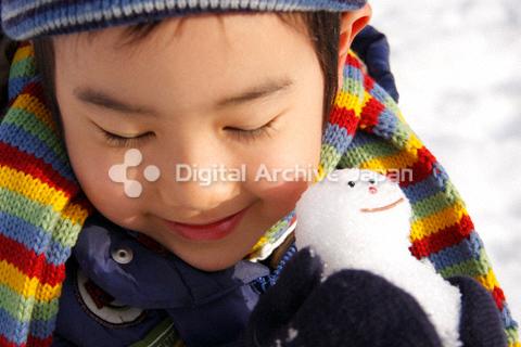 男の子と雪だるま