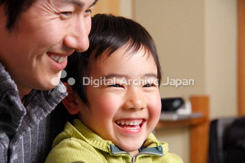 笑顔の父親と男の子