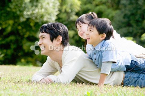 父親の背中の上にのる子供たち