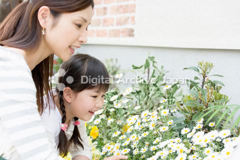 花を見つめる母親と女の子