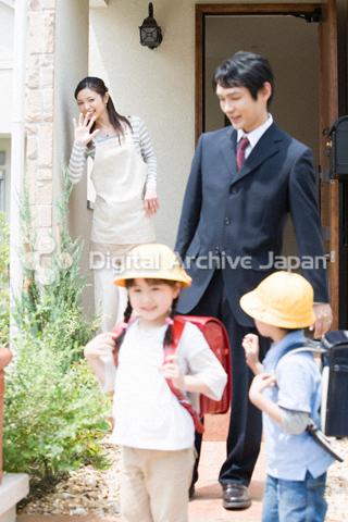 家を出る父親と子供たち