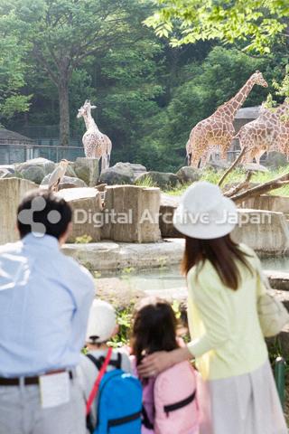 動物園に来たファミリー