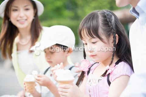 アイスクリームを食べる子供たち