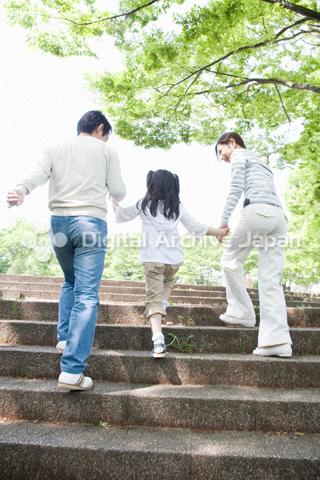 階段を上る親子