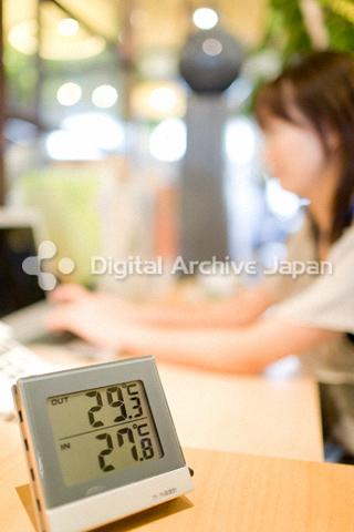 デスクの横に置かれた温度計