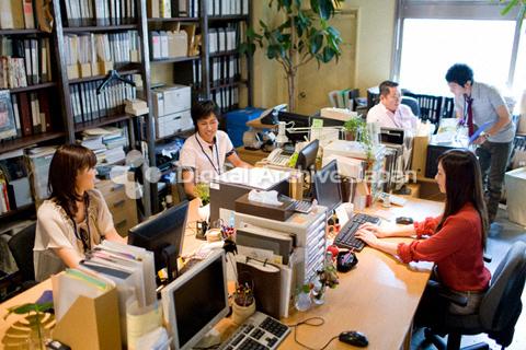 オフィスで働いている人々