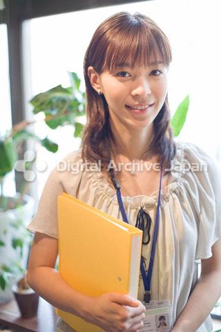 ファイルを抱えた女性のポートレート