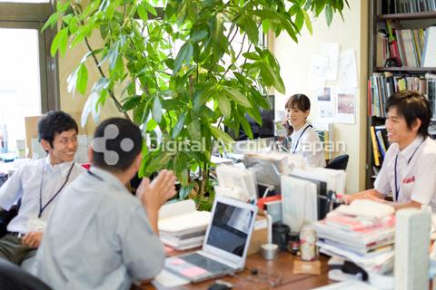 緑のあるオフィス空間で働く人々