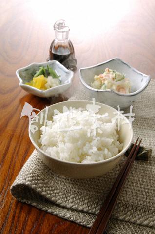 湯気のたつご飯と漬物とサラダ