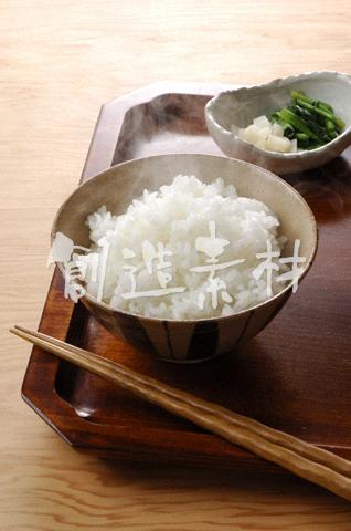 湯気のたつご飯と漬物