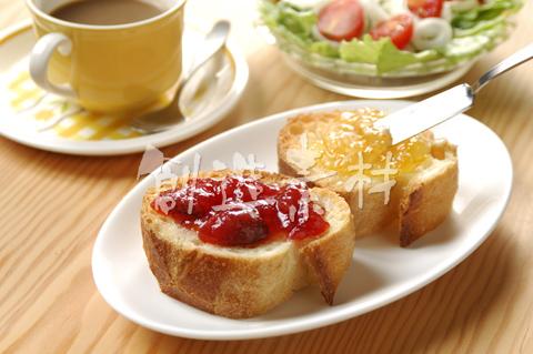 フランスパン(バタール)とコーヒーとサラダ