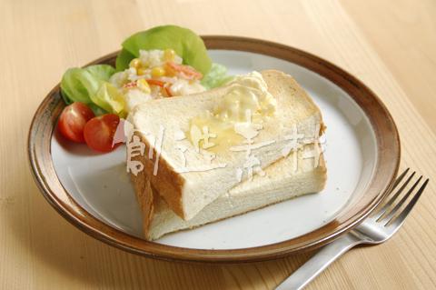 角型食パンとサラダ
