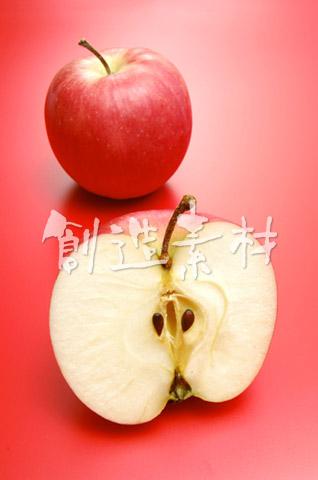 1個のリンゴとリンゴの断面(フジリンゴ)
