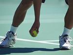 テニスプレーヤーとボール