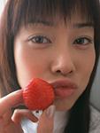 女性とイチゴ