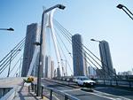 高層ビルと橋