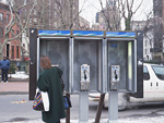 公衆電話と女性
