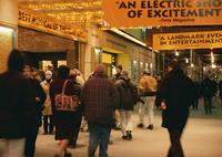 劇場前の人々