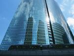 電車と高層ビル