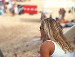 砂浜の女性