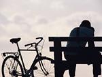 自転車と若者
