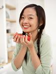 女性とトマト