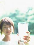 グラスと女性