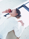 リンゴを食べる女性