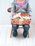 クリスマスプレゼントを抱く子供