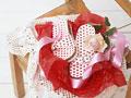 贈り物のサンダルとバラ