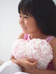 ハートの花を抱く女の子