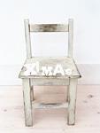 椅子とクリスマスの文字ブロック