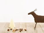 トナカイの置物と木の実