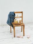 椅子とリボンのついたカゴ