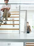階段でくつろぐ男性