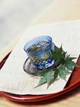 冷茶とカエデの葉