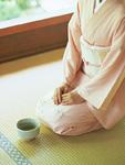 正座する着物の女性と抹茶碗