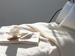 ベッドとカフェオレボウル