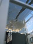 ガラスに映る空