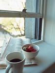 窓辺のイチゴとコーヒー