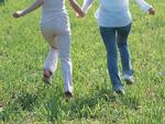 草原を走る女性