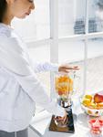 フルーツジュースを作る女性